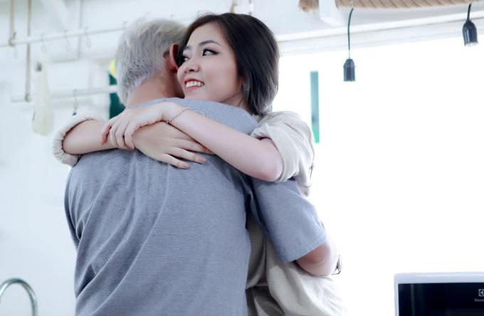 Sơn Ngọc Minh quấn quýt bên Huyền Nhi trong MV mới - Ảnh minh hoạ 6