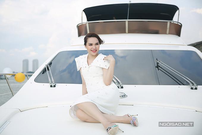 Diệu Hân cùng bố mẹ và em gái dự tiệc trên du thuyền triệu đô