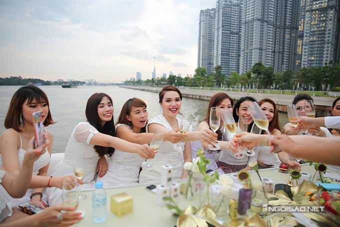 Diệu Hân cùng bố mẹ và em gái dự tiệc trên du thuyền triệu đô - Ảnh minh hoạ 8