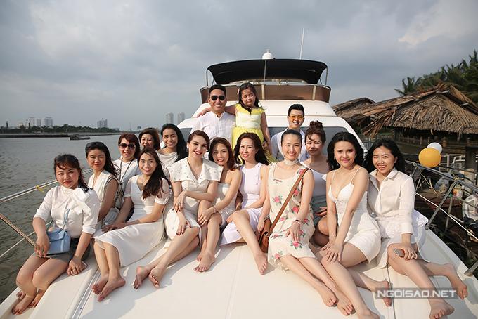 Diệu Hân cùng bố mẹ và em gái dự tiệc trên du thuyền triệu đô - Ảnh minh hoạ 9