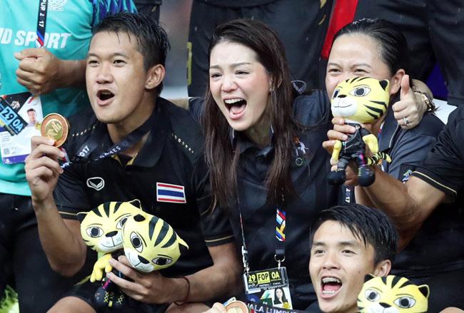nu-truong-doan-thai-lan-khoc-nuc-no-sau-chung-ket-1
