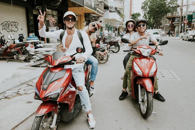 Vợ chồng Khánh Thi lái xe máy