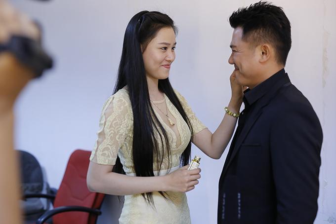 Vân Quang Long hiếm hoi để lộ mặt bà xã xinh đẹp kém 10 tuổi - Ảnh minh hoạ 2