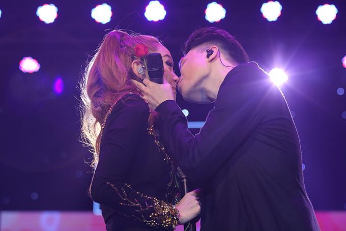 Minh Hằng không kịp phản ứng khi Trịnh Thăng Bình hôn môi - Ảnh minh hoạ 3