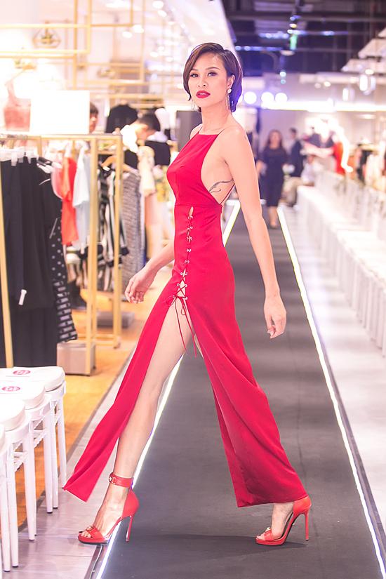 Phương Mai sexy hết cỡ với váy hở lưng, xẻ cao đến hông - Ảnh minh hoạ 2