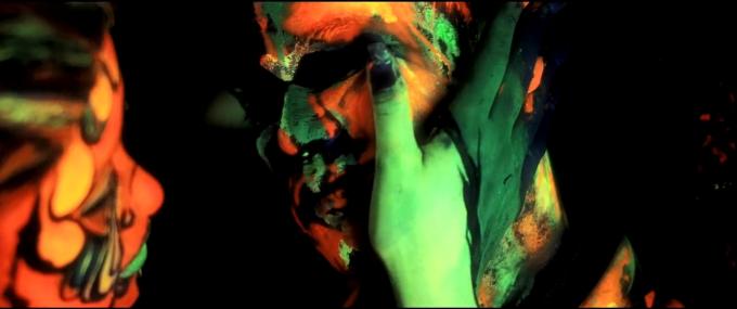 Trọng Hiếu phủ đầy sơn neon lên người trong MV mới