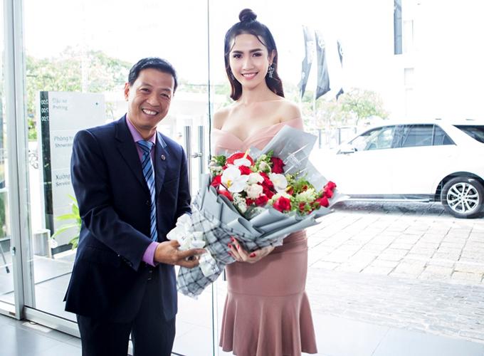 Phan Thị Mơ khoe xế hộp 4,5 tỷ mới cáu cạnh