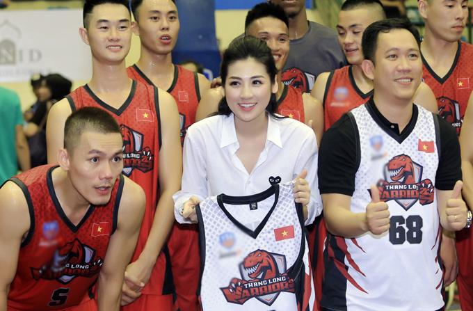 Tú Anh, Lệ Hằng khoe chân dài khi đi xem bóng rổ - Ảnh minh hoạ 5