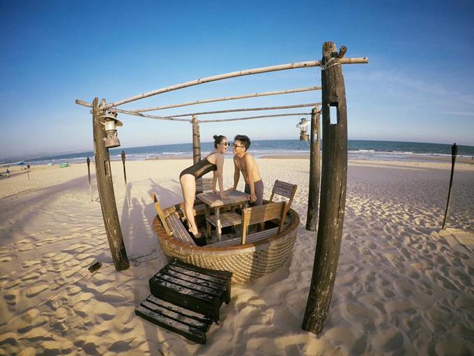 Vợ chồng Khánh Thi - Phan Hiển hôn nhau nồng cháy trong kỳ nghỉ - Ảnh minh hoạ 4