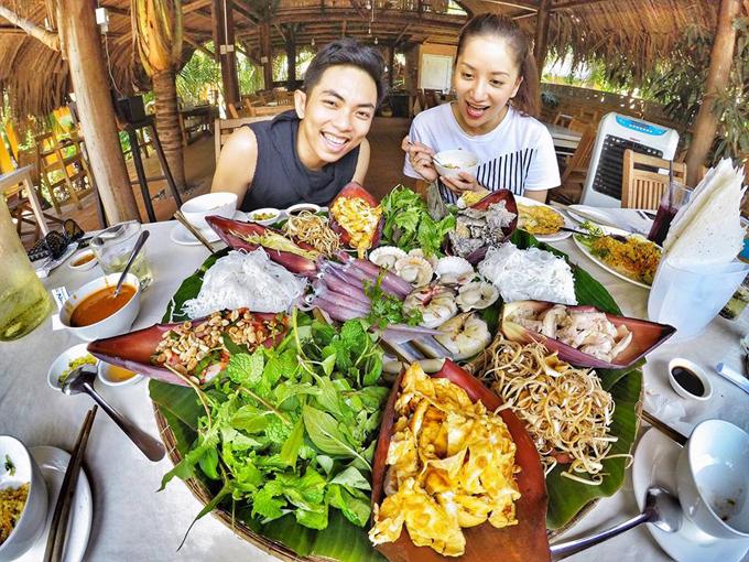 Vợ chồng Khánh Thi - Phan Hiển hôn nhau nồng cháy trong kỳ nghỉ - Ảnh minh hoạ 10