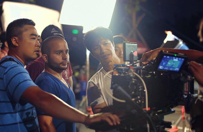 Bebe Phạm để mặt mộc, hỗ trợ ông xã Dustin đóng phim mới - Ảnh minh hoạ 3