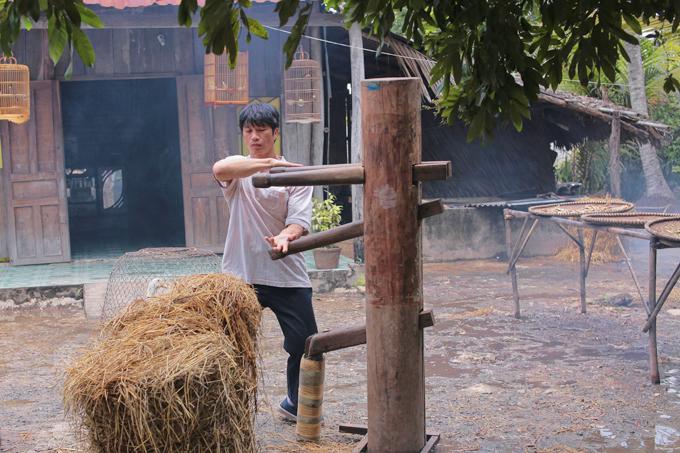 Bebe Phạm để mặt mộc, hỗ trợ ông xã Dustin đóng phim mới - Ảnh minh hoạ 5