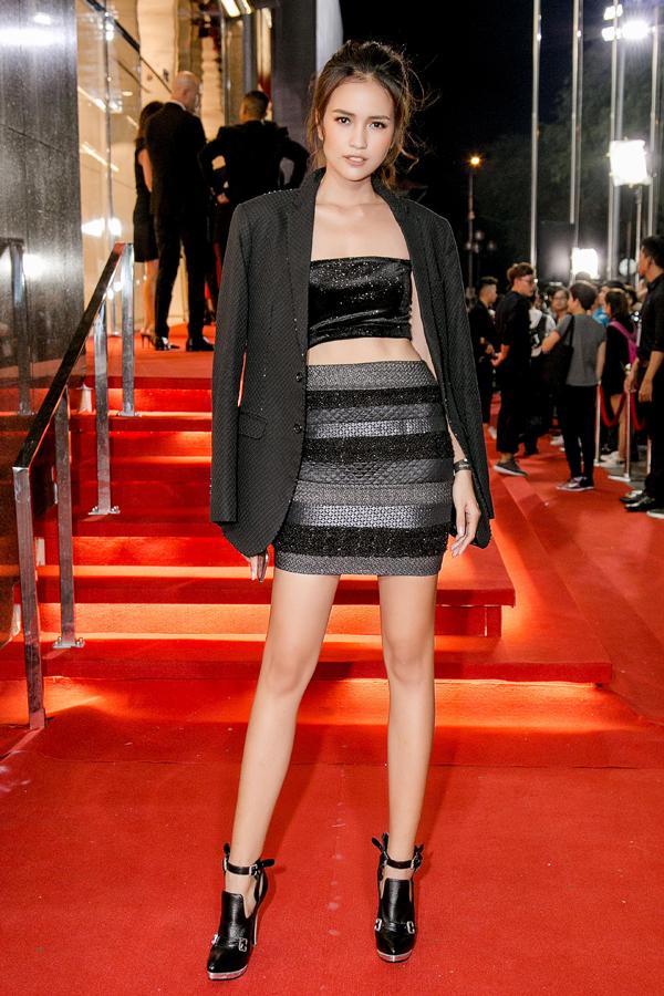 Ngọc Châu cũng sexy không kém đàn chị Next Top khi chọn trang phục khoe khéo khoảng hở.