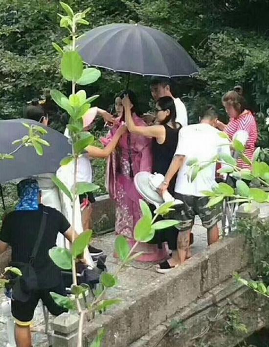 Phim trường nóng nực, Phạm Băng Băng diện váy áo mỏng tang
