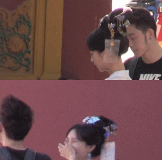 Bồ cũ của Huỳnh Hiểu Minh gây chú ý khi để bạn trai chỉnh áo lót trên phim trường