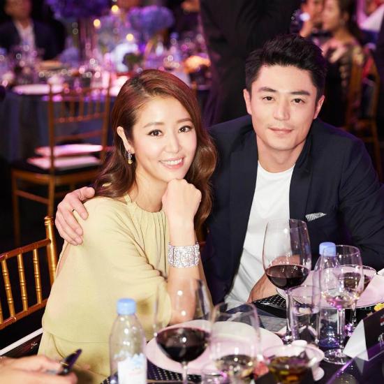 Vợ chồng Lâm Tâm Như tình tứ không rời trong suốt một ngày dự tiệc