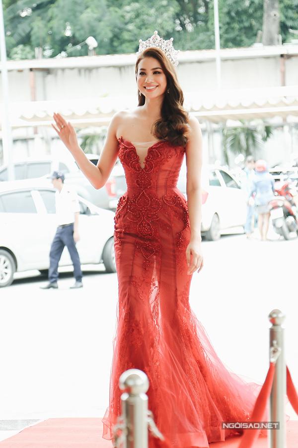 Phạm Hương mặc lộng lẫy lấn át dàn thí sinh 'người quen' của Hoa hậu Hoàn vũ Việt Nam 2017