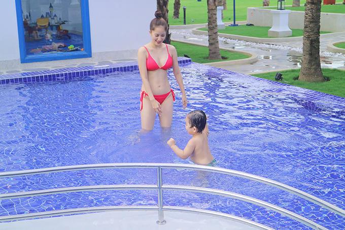 Khánh Thi mặc bikini gợi cảm, vui đùa cùng con trai