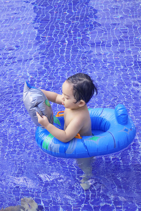 Khánh Thi mặc bikini gợi cảm, vui đùa cùng con trai - Ảnh minh hoạ 10