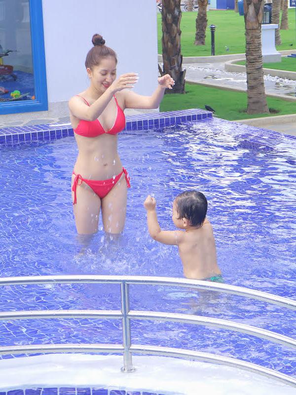 Khánh Thi mặc bikini gợi cảm, vui đùa cùng con trai - Ảnh minh hoạ 2