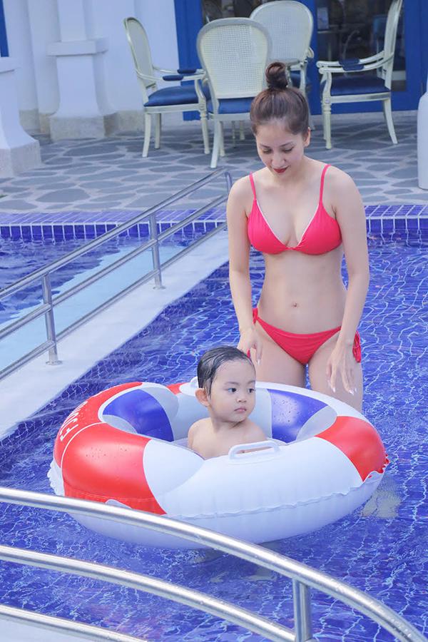 Khánh Thi mặc bikini gợi cảm, vui đùa cùng con trai - Ảnh minh hoạ 3