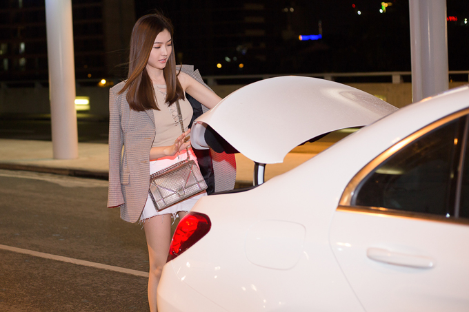 Ngọc Duyên rạng rỡ dù ra sân bay lúc nửa đêm