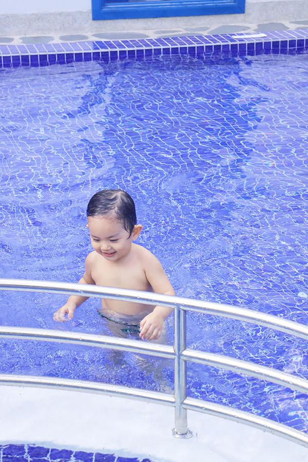 Khánh Thi mặc bikini gợi cảm, vui đùa cùng con trai - Ảnh minh hoạ 7