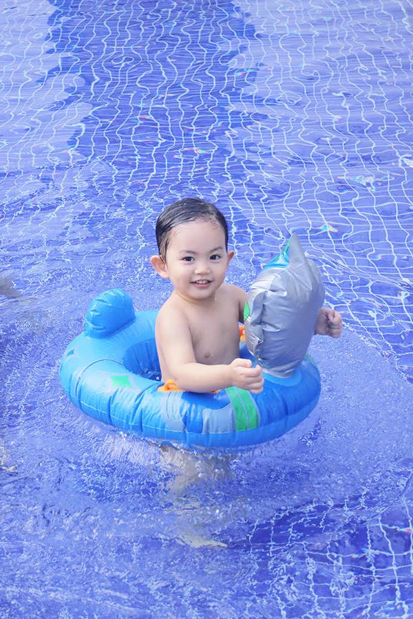 Khánh Thi mặc bikini gợi cảm, vui đùa cùng con trai - Ảnh minh hoạ 9