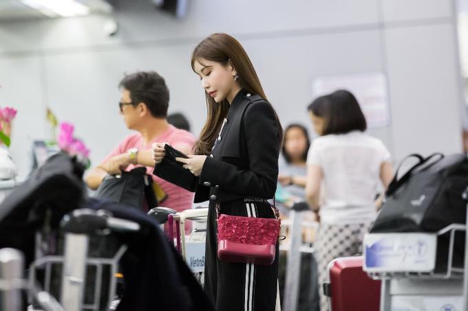 Hoa hậu Lam Cúc khoe sắc trong chuyến bay tới Hàn Quốc