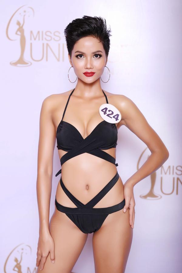 Mai Ngô đọ dáng với dàn thí sinh Hoa hậu Hoàn vũ Việt Nam 2017