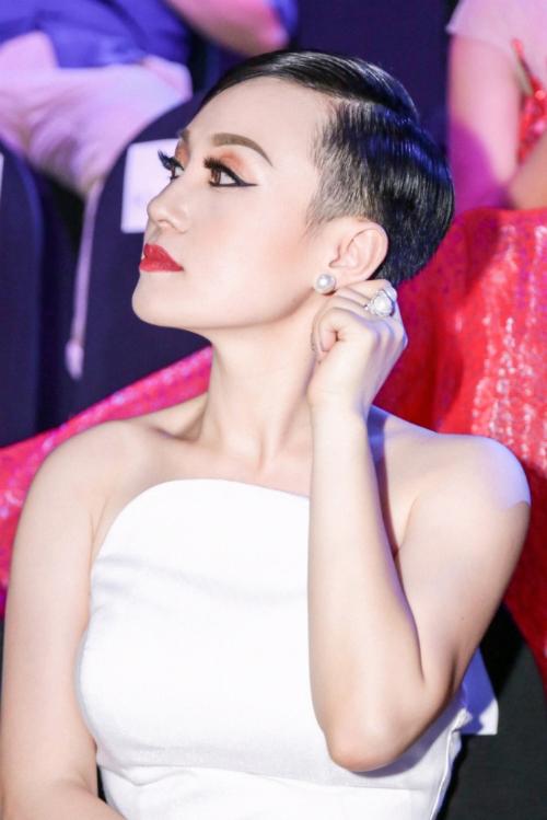 Hoa hậu Hoài Xuyên diện váy 'Thiên thần và ác quỷ' dự sự kiện