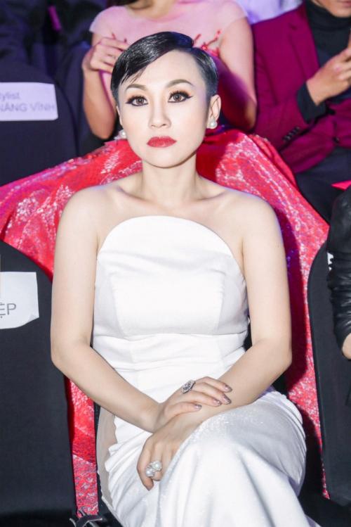 Hoa hậu Hoài Xuyên diện váy