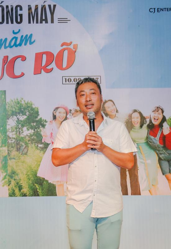 Hoàng Oanh bị đồng nghiệp trát bánh kem lên mặt