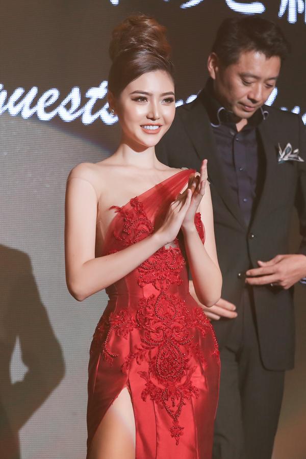 Ngọc Duyên diện váy xẻ cao đi chấm thi