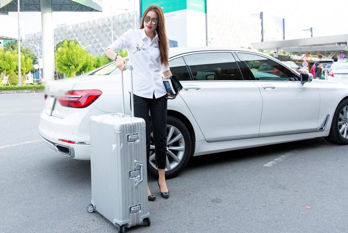 Phạm Hương mặc giản dị, ngồi xế hộp hạng sang ra sân bay