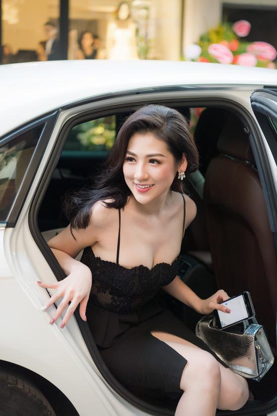 Tú Anh mặc váy trễ nải dự event sau sự cố nhập viện truyền nước
