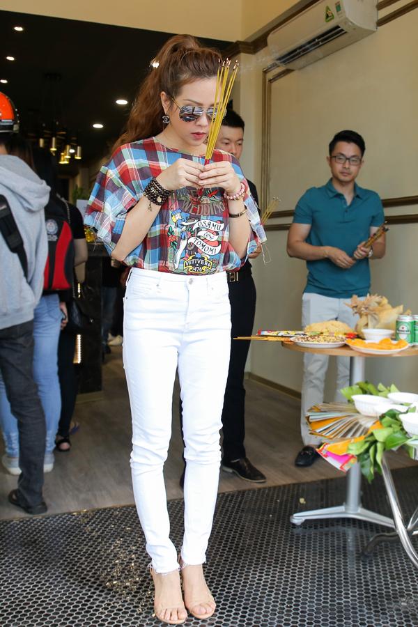 Hoa hậu Thu Hoài tự tay pha trà sữa trong ngày khai trương - Ảnh minh hoạ 2