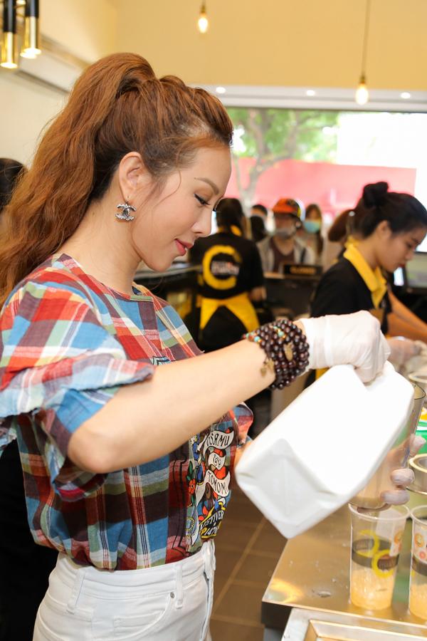 Hoa hậu Thu Hoài tự tay pha trà sữa trong ngày khai trương - Ảnh minh hoạ 3