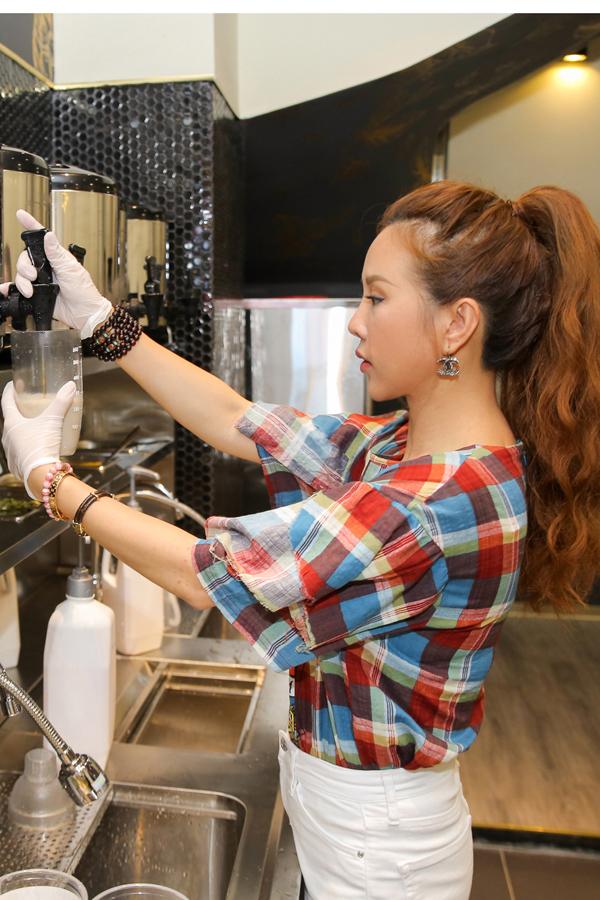 Hoa hậu Thu Hoài tự tay pha trà sữa trong ngày khai trương - Ảnh minh hoạ 4