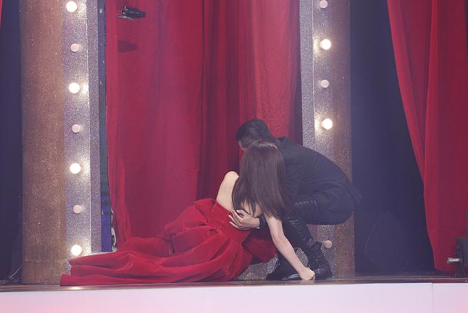 Hình ảnh Hương Tràm ngã sõng soài trên sân khấu bị cắt khi lên sóng
