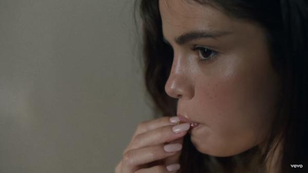 Style trang điểm nude của Selena trong MV mới Fetish nhận được nhiều lời ngợi khen từ giới làm đẹp.