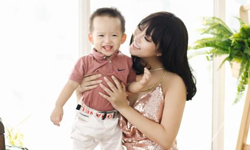 Phi Thanh Vân hạnh phúc bên con trai Tấn Đức