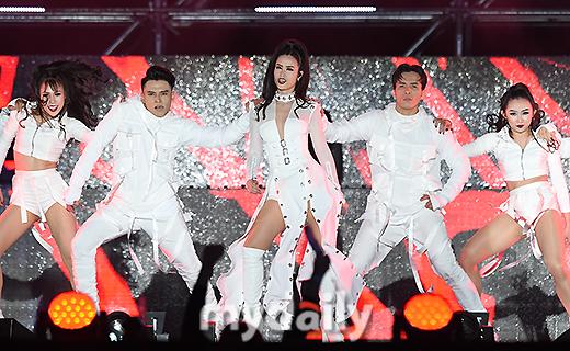 Đông Nhi xuất hiện trên loạt báo Hàn Quốc khi dự