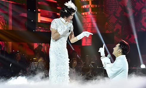 """Hoài Linh làm cô dâu, """"đánh ghen"""" Quang Hà trên sân khấu"""