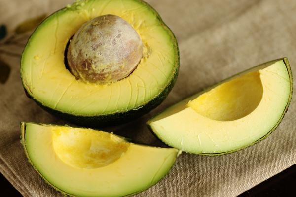 Quả bơ giàu axit béo có lợi cho sức khỏe, giúp tăng cường độ đàn hồi cho da, thúc đẩy tiết nội tiết tố nữ, giúp làm một trông tròn đầy hơn.