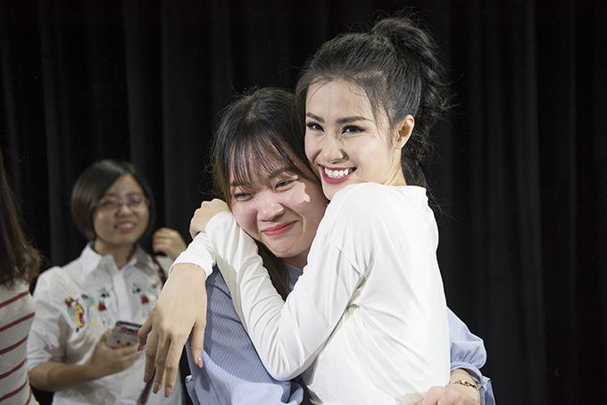 Fan Việt ở Hàn Quốc khóc nức nở khi gặp Đông Nhi - Ảnh minh hoạ 2