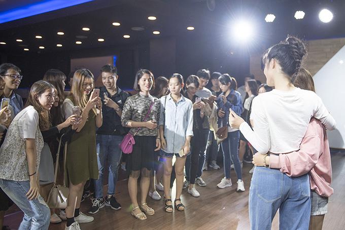 Fan Việt ở Hàn Quốc khóc nức nở khi gặp Đông Nhi - Ảnh minh hoạ 4