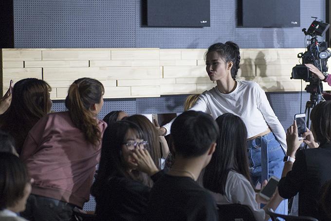 Fan Việt ở Hàn Quốc khóc nức nở khi gặp Đông Nhi - Ảnh minh hoạ 6