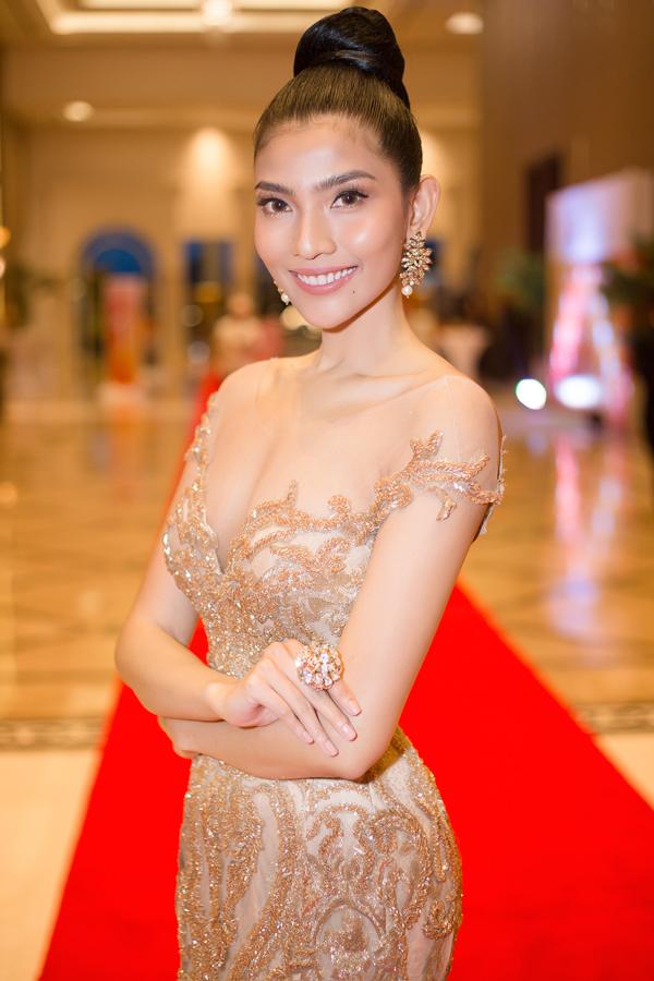 Trương Thị May hiếm hoi mặc sexy, khoe dáng trên thảm đỏ Campuchia - Ảnh minh hoạ 2