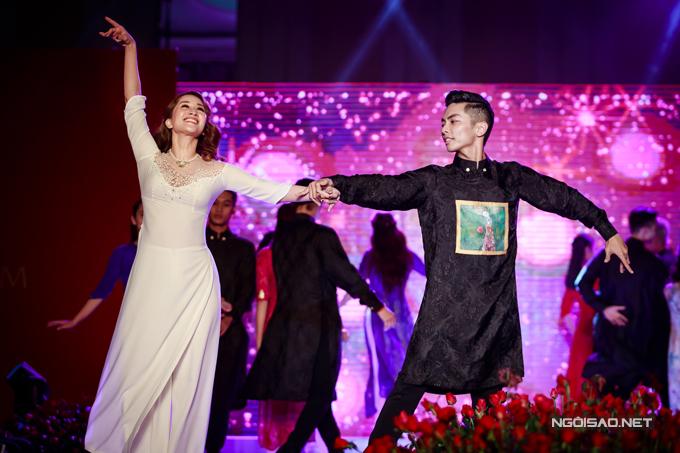 Vợ chồng Khánh Thi - Phan Hiển khiêu vũ tình tứ trên sân khấu - Ảnh minh hoạ 6